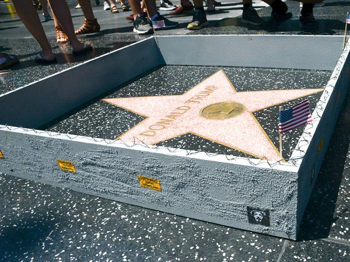 Alguien construyó un muro pequeño alrededor de la estrella de Hollywood de Trump con un mensaje escondido