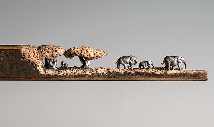 He tallado una familia de elefantes en un lapicero