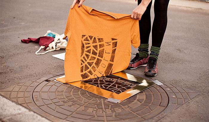Impresores pirata: Este colectivo usa tapas de alcantarilla para imprimir diseños en bolsos y camisetas