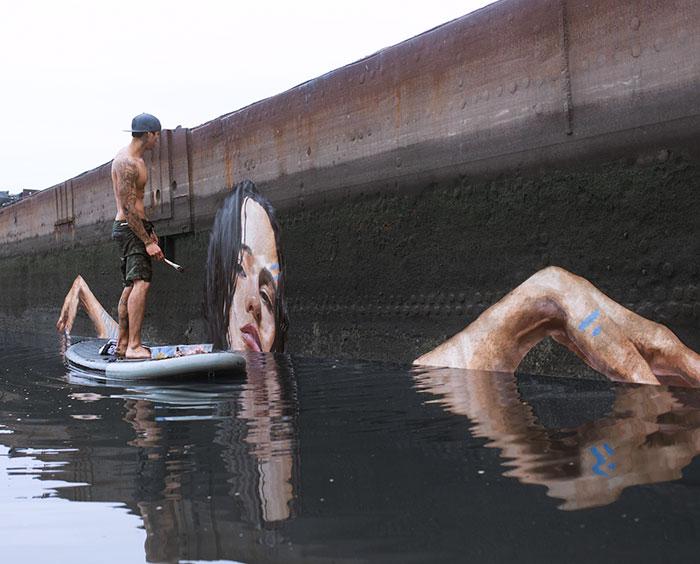 Este artista pinta asombrosos murales a nivel del mar sobre una tabla de surf (2ª parte)