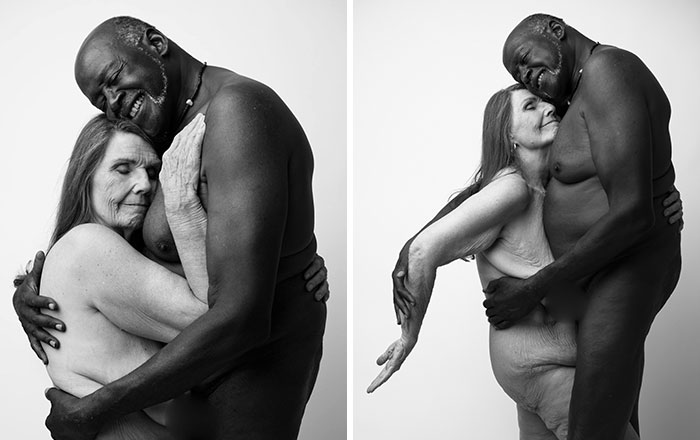 El retrato desnudo de una pareja de septuagenarios se vuelve viral