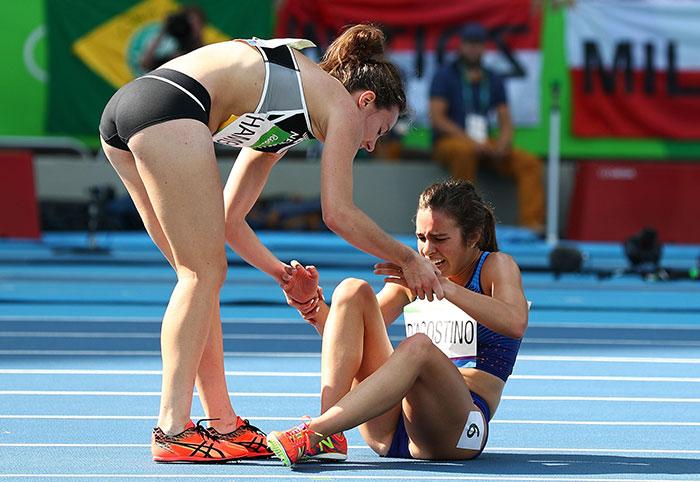 Estas atletas olímpicas pasan a la final tras llegar últimas por ayudarse mutuamente