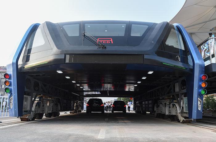 ¿Recordáis el autobús elevado que circulaba sobre el tráfico? Pues ya lo han construido en China