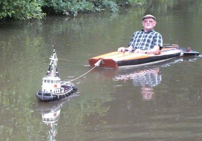 Este hombre utilizó un remolcador diminuto para viajar por el río sin esfuerzo