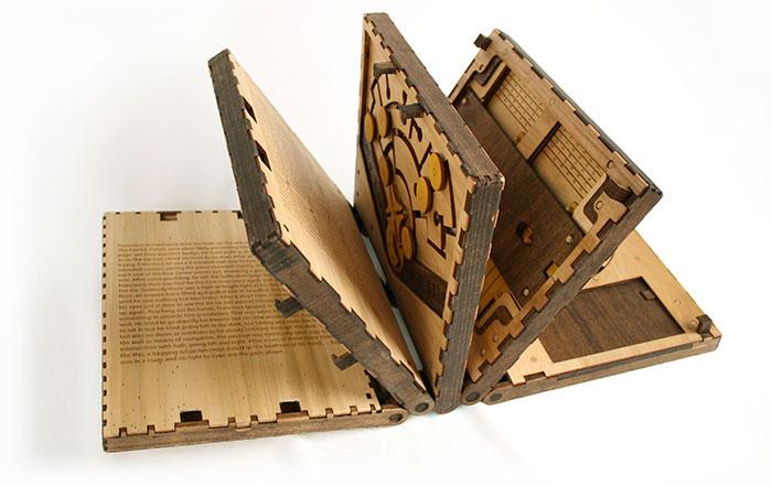 Libro puzzle con páginas que debes resolver para pasar a la siguiente