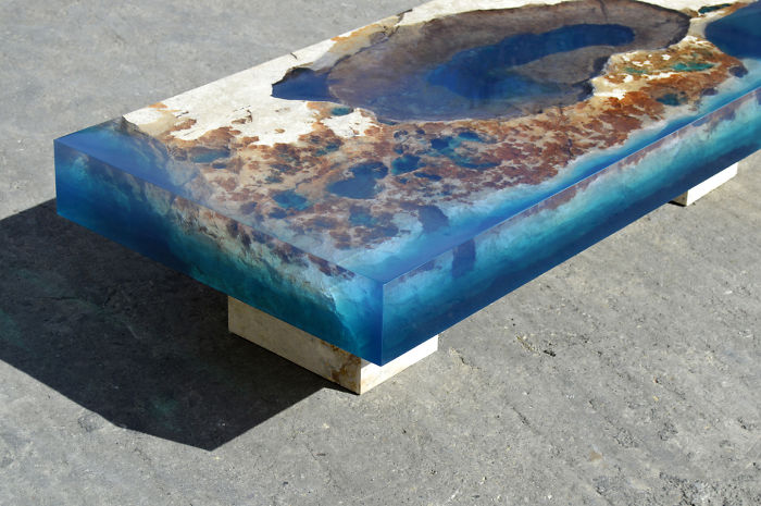 Mesas oceánicas creadas mezclando resina y rocas naturales