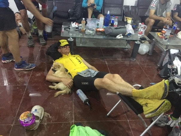 perro-callejero-corredor-maraton-dion-leonard-gobi-china (3)