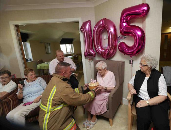 """Esta anciana de 105 años solo deseaba una cosa para su cumpleaños: """"Un bombero con tatuajes"""""""