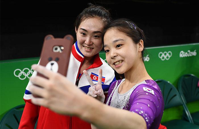 Las gimnastas olímpicas de Corea del Norte y del Sur se hacen un selfie juntas e internet se vuelve loco