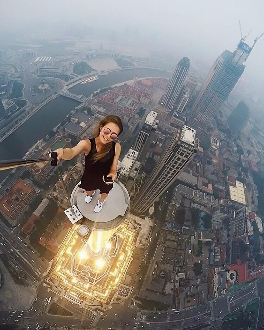 Esta chica rusa se hace los selfies más arriesgados (NO lo intentes)