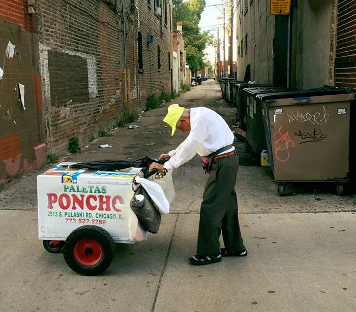 Esta desgarradora foto de un anciano de 89 años vendiendo paletas consigue que internet le done más de 250.000$