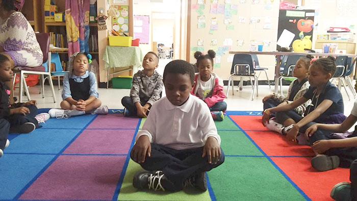 Esta escuela cambió los castigos por meditación y los resultados son sorprendentes
