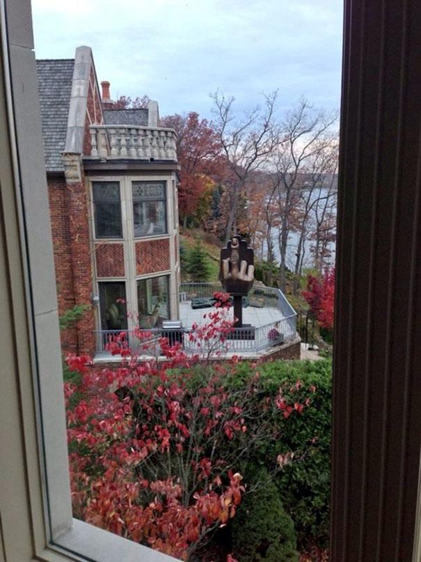 Este Hombre Amargado Compró La Casa Junto A La De Su Exmujer Y Puso Esta Escultura En La Terraza