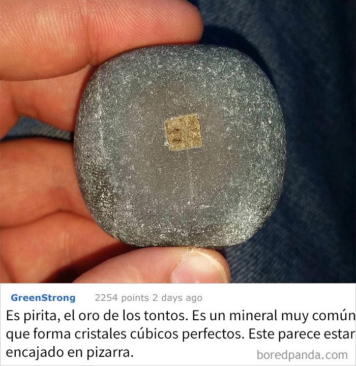 Es Un Extraño Cuadrado De Metal Incrustado En Una Piedra