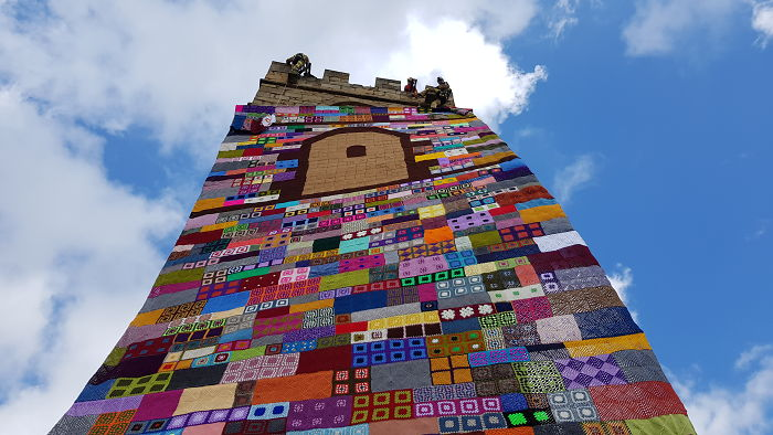Del Tirador De Una Puerta A Un Castillo: Urban Knitting A Lo Grande