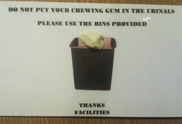 No Tiréis Los Chicles Por Los Urinarios, Por Favor, Usad Los Cubos De Basura Que Hemos Proporcionado