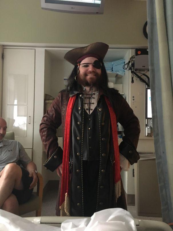 Me Amputaron Una Pierna Y Mi Hermano Vino Al Hospital A Visitarme Disfrazado De Pirata