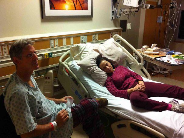 Mi Madre Visitando A Mi Padre En El Hospital. ¿quién Se Queda La Cama?