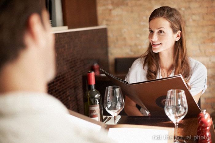 Un chico presencia cómo un hombre joven tiene problemas para pagar en una cita en un restaurante de lujo y cómo el camarero le 'salva'