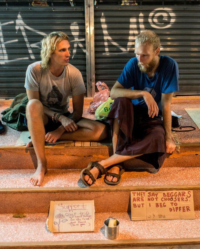 Viajan Con La Intención De Mendigar Dinero Para Viajar Más