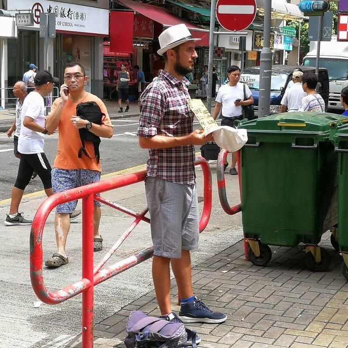 Este Barrio Obrero Ha Sido Especialmente Maltratado Por El Tifón, Pero Aquí Está Este Hombre Pidiendo Dinero Para Sus Viajes Por Asia