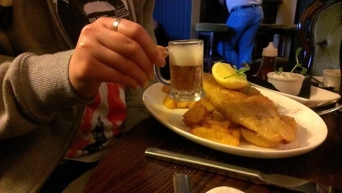 El Pescado Con Patatas Viene Con Una Cerveza Gratis...
