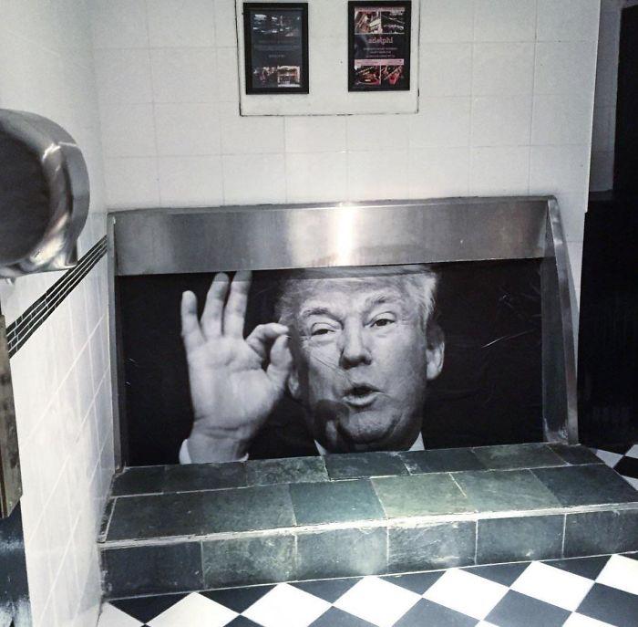 Urinario En Un Pub De Irlanda