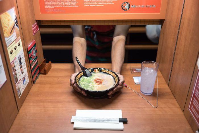 En Este Restaurante Privado En Japón, Te Sientas En Una Esquina Donde Nadie Te Ve, Se Abre Una Persiana Frente A Ti Y Te Sirven La Comida Sin Mirar