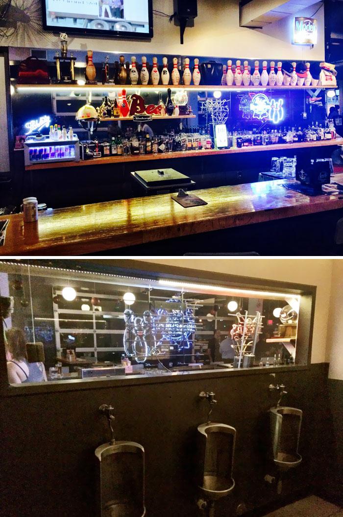Espejo En Una Sola Dirección En Un Bar, Y Al Otro Lado Está El Retrete De Hombres