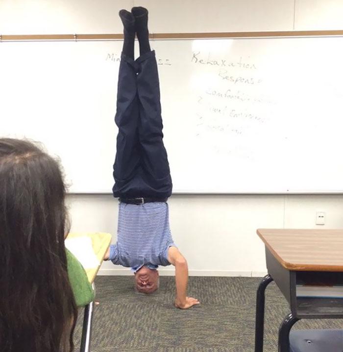Profesor De Física Enseñando Una Lección Sobre Gravedad