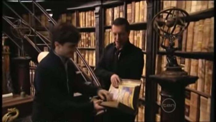En El Secreto Del Príncipe, Los Libros De Hechizos En Los Estantes De Dumbledore Son En Realidad Páginas Amarillas Cubiertas Con Tapas De Aspecto Antiguo