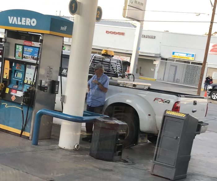 Le Dijimos Que No Se Podía Fumar En La Gasolinera Y Dijo Que No Estaba Echando Gasolina, Sino Diesel