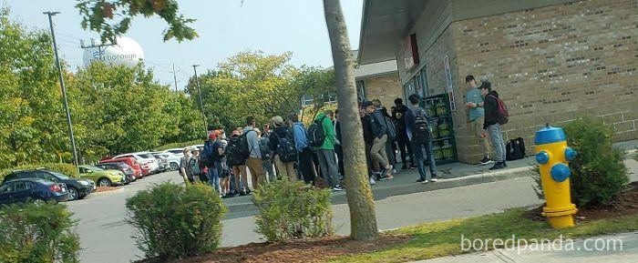 Estudiantes De Instituto Pasando Su Recreo Frente A La Tienda. Casi Nadie Con Mascarilla
