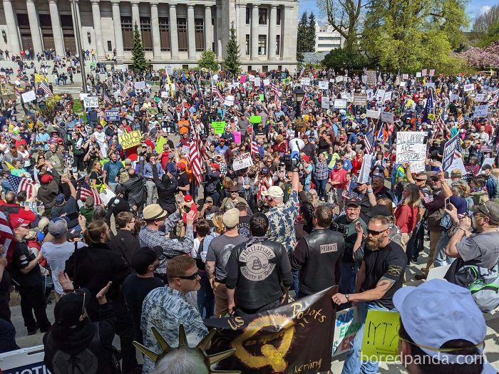 Manifestantes En Olympia, Washington. Unas 2500 Personas. Sin Distancia Social Y Apenas Sin Mascarillas