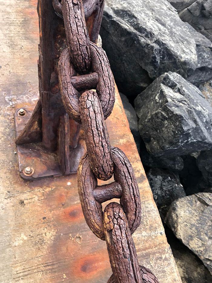 Cadena De Hierro Tan Oxidada Por El Mar Que Parece De Madera