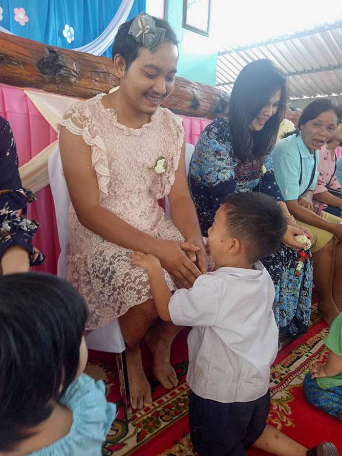 En El Día De La Madre En Tailandia, Este Padre Se Puso Un Vestido Para Su Hijo, Ya Que Su Madre Había Muerto Y No Quería Que Se Sintiera Solo