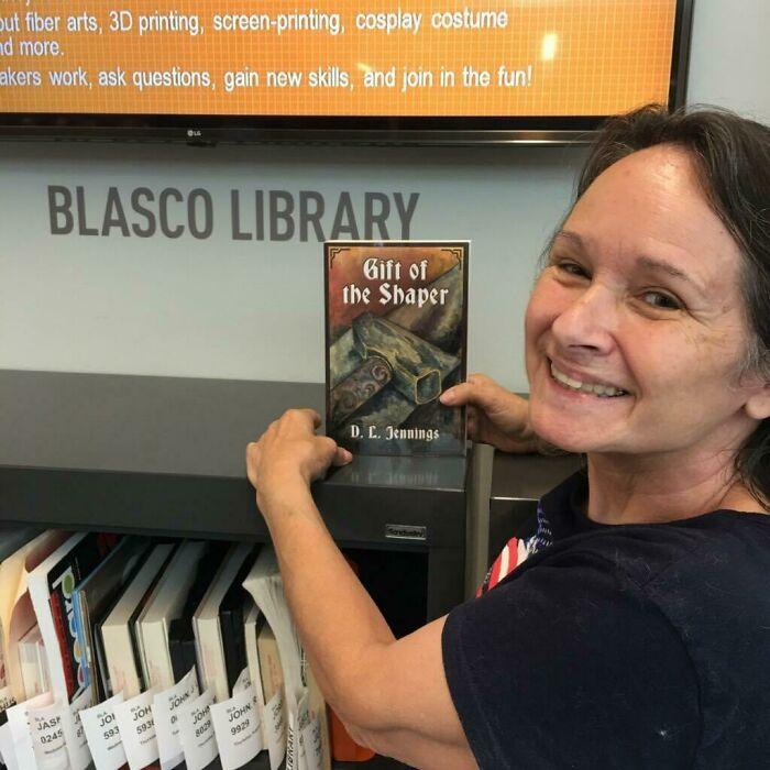 Mi Madre Ha Encontrado Mi Libro En La Librería De Su Barrio Y Se Hace Fotos Orgullosa