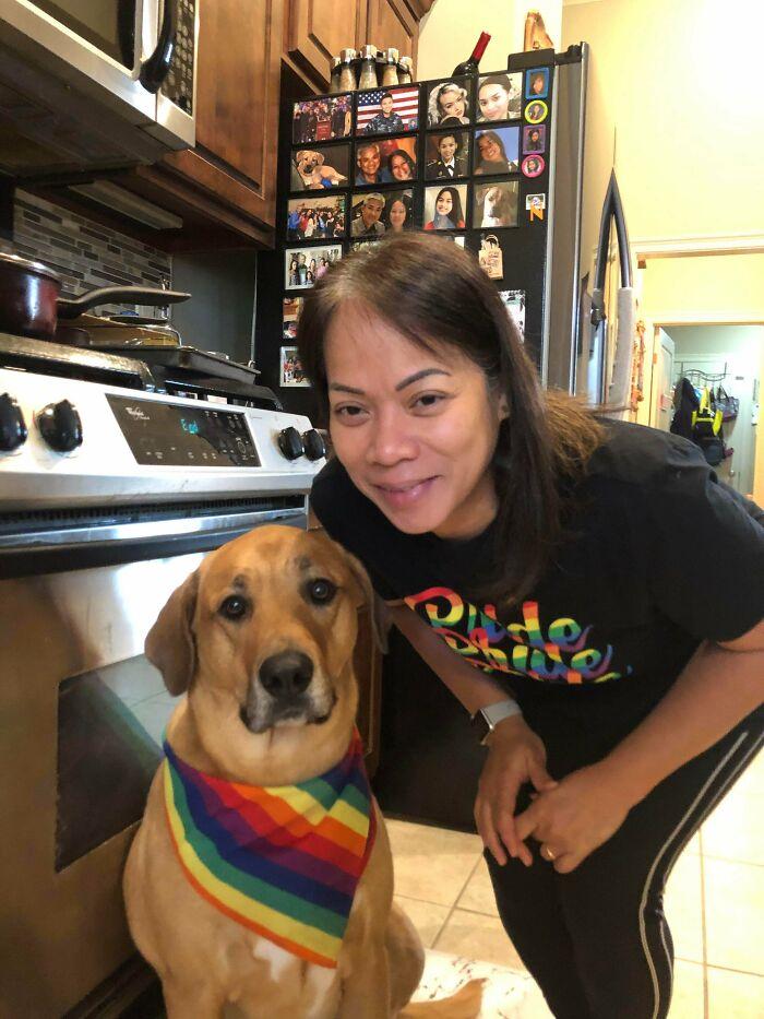 Mi Madre Y Su Perro Mostrandome Apoyo A Mi Y A La Comunidad Lgbt