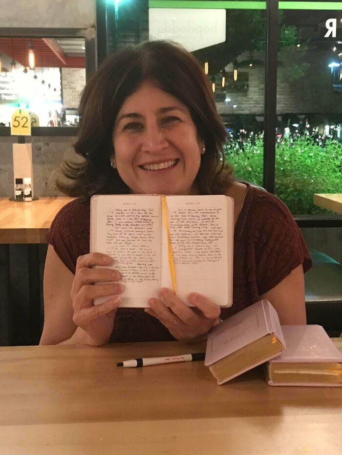 Esta Clienta Del Bar Estaba Escribiendo Estos Libros. Tiene 3 Hijas Y Cada Día Les Escribe 5 Líneas A Cada Una Y Se Los Regalará Cuando Se Casen