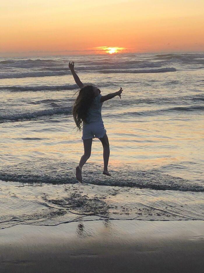 Estamos De Vacaciones Y Estaba Leyendo Un Buen Libro Cuando Mi Hija Quiso Que Fueramos A Caminar A La Playa. Le Saqué La Mejor Foto