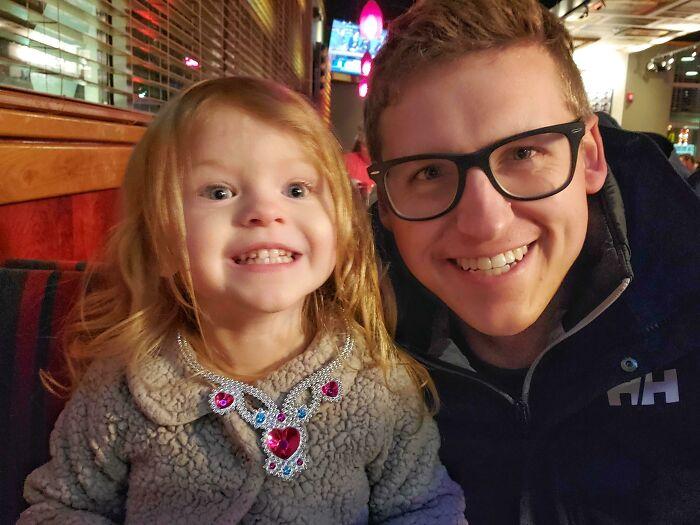 Mi Hija Ha Tenido Una Hermanita Hace Un Mes, Y Le Cuesta Acostumbrarse. Me La He Llevado A Cenar Para Asegurarle Que Sigue Siendo Mi Princesita