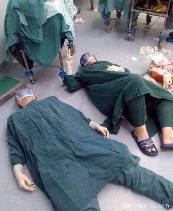2 Cirujanos Tras Pasar 32 Horas Extirpando Tumores Cerebrales En Una Sola Operación