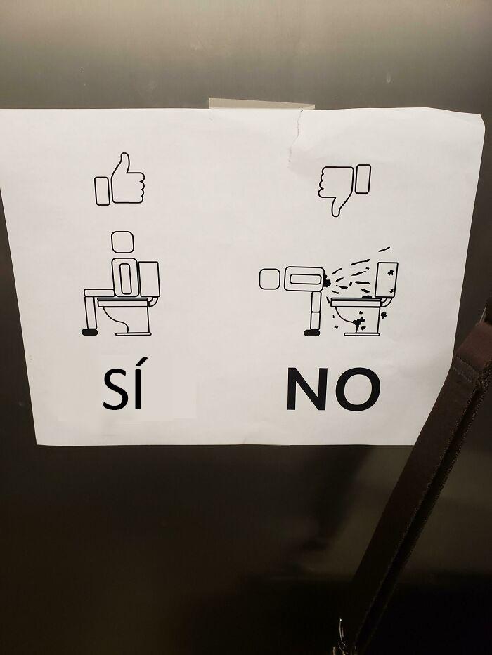 En el baño de hombres de mi lugar de trabajo