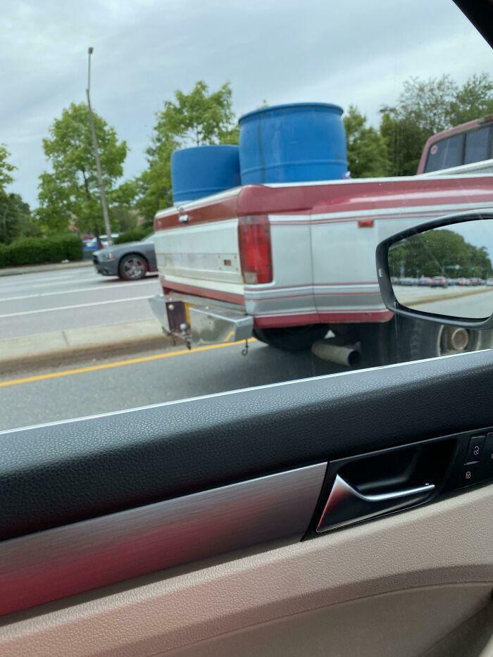 Idiota en VA. Me detuve en el semáforo y olí la gasolina a mi izquierda. Subí mis ventanas rápidamente.