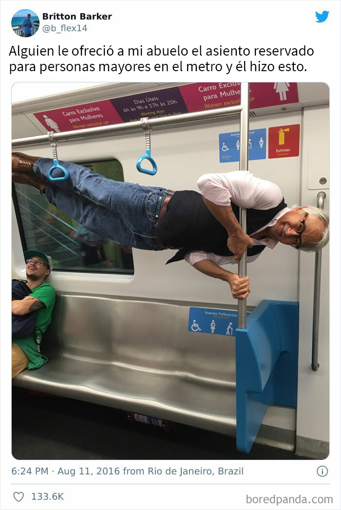 Un hombre mayor en posición horizontal agarrado de un palo