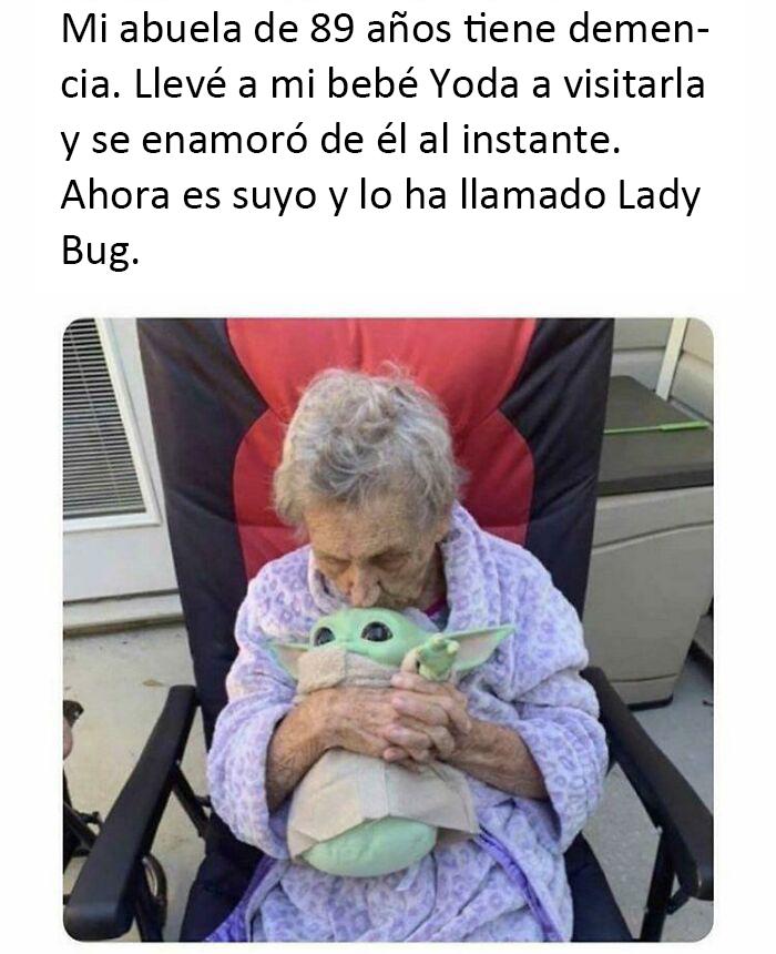 El bebé Yoda y la abuela
