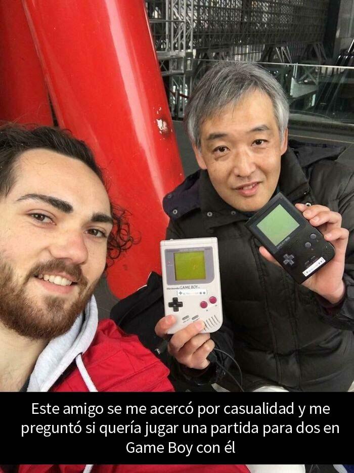 Mientras esperaba en la estación de Kioto, este tipo me preguntó si quería jugar al Game Boy para dos jugadores con él. 30 minutos bien invertidos