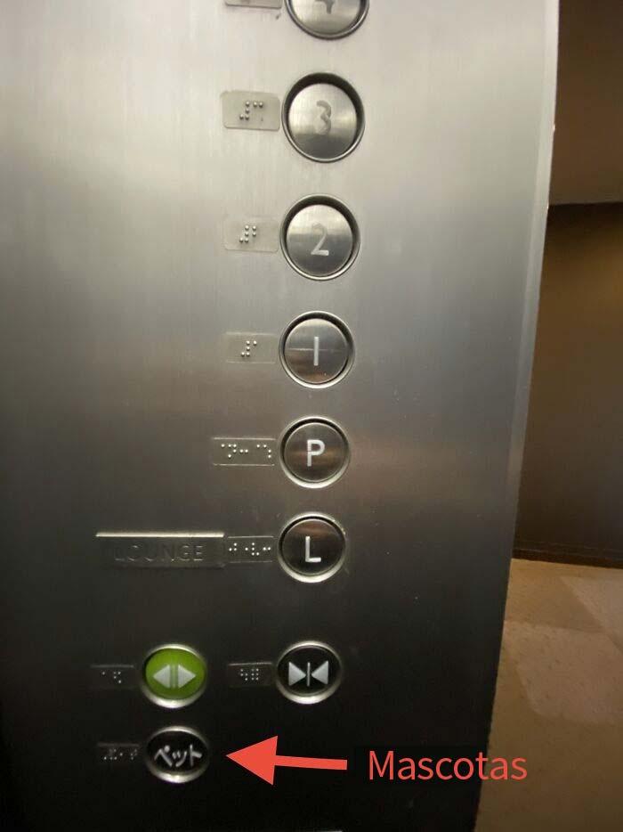 """Botón """"Mascotas"""" en el elevador de un edificio residencial de alto nivel en Tokio"""
