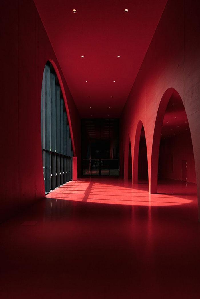 Sala De Exposiciones En Rojo Y Negro